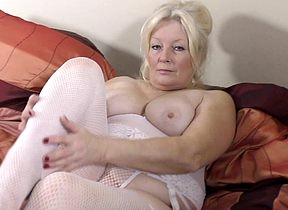 Curvy British housewife effectuation up himself