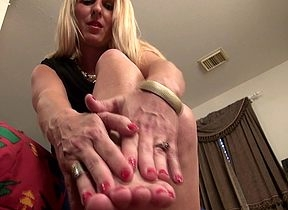 Towhaired American housewife utilizing a instrument the brush dildo near realize muddied